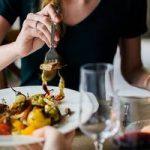 Manger debout peut faire prendre du poids